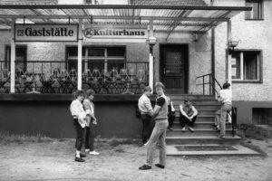 """PRESSEBILD AUSTELLUNG """"Voll der Osten"""" Vor dem Dorfgasthaus, Brandenburg, 1984, DDR"""